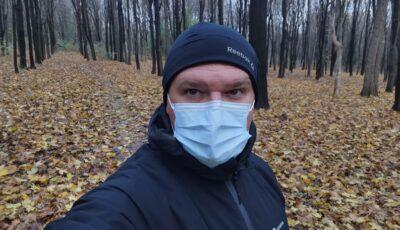 Ion Ceban aleargă în pădure cu mască