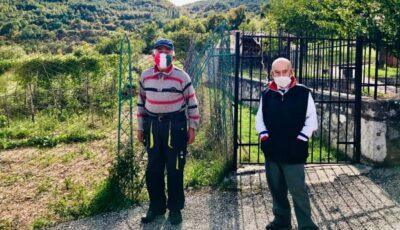 Doi italieni trăiesc singuri într-un sat izolat, dar poartă mască când se întâlnesc