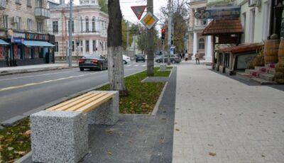 Șoferii nu mai pot parca pe străzile Alexandr Puşkin şi Bănulescu Bodoni. Aici sunt instalate bănci pentru pietoni și ghivece cu flori