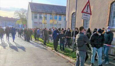 Cozi pe o distanță de peste 1 km, la secția de votare din orașul Kassel, Germania