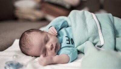 O mamă s-a trezit din somn şi l-a găsit pe bebelușul ei de o lună mort între pernele canapelei