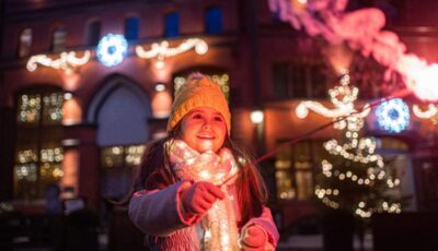 O fetiţă de 8 ani a murit electrocutată, după ce a atins luminiţele dintr-un brad de Crăciun, într-o piaţă publică din Brazilia
