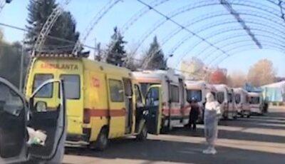 Imagini alarmante, filmate la Centrul Covid. Un lung șir de ambulanțe cu pacienți stau la coadă