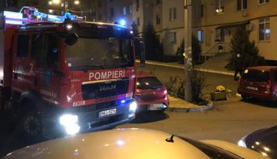 Incendiu într-un apartament din Capitală. Salvatorii nu au  putut interveni din cauza mașinilor din curte parcate neregulamentar