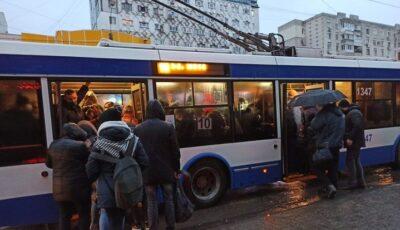 Foto! Troleibuz din capitală ticsit cu pasageri, pe timp de pandemie