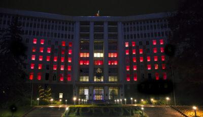 """Pe clădirea Parlamentului Republicii Moldova au apărut două mari litere ,,N"""" roșii iluminate din interior – iată care este explicația simbolurilor"""