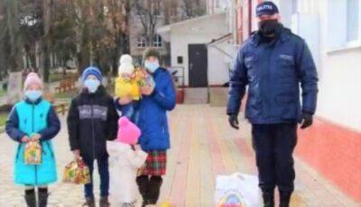 Polițiștii au împărțit daruri pentru 150 de familii nevoiașe din țară