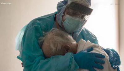 """Un medic îmbrăţişează un bătrân care luptă cu Covid-19: """"Mă simțeam la fel de trist ca el"""""""