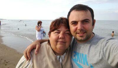 Un tânăr, răpus de durere după ce și-a pierdut mama din cauza Coronavirusului. Ambulanța i-a refuzat internarea în spital, iar starea femeii s-a agravat