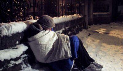Un om al străzii, găsit înghețat de poliție și plasat într-un centru special