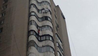 Un copil care atârna de balconul situat la etajul 12, salvat în ultimul moment