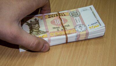 Atenție! Se caută persoana care a pierdut o sumă mare de bani, pe o stradă din sectorul Ciocana