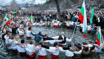 Locuitorii unui oraş din Bulgaria au marcat Boboteaza dansând în apa rece ca gheața a unui râu