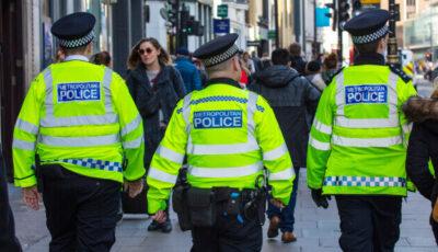 Zeci de poliţişti londonezi, amendaţi pentru că s-au tuns în timpul lockdown-ului