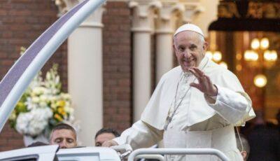 Papa Francisc se vaccinează anti-Covid şi îndeamnă pe toată lumea să facă la fel