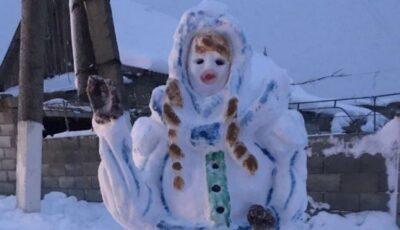 Foto! Un om de zăpadă neobișnuit a fost înălțat în satul Crocmaz