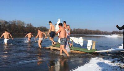 Tradiție de Bobotează: Pe un ger năprasnic, mai mulți bărbați s-au scufundat în apa râului Nistru