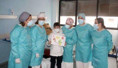Copil de 10 ani, externat cu aplauze după o formă severă de Covid-19