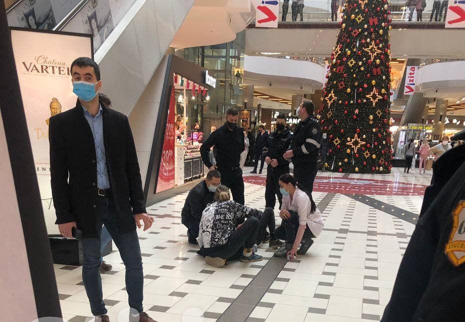 Foto: Un adolescent a căzut în gol într-un mall din Capitală. Băiatul filma un video pentru Tik Tok