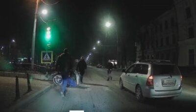 Chișinău: Momentul în care mai mulți șoferi opresc mașinile și ajută un bărbat care a căzut din scaunul cu rotile