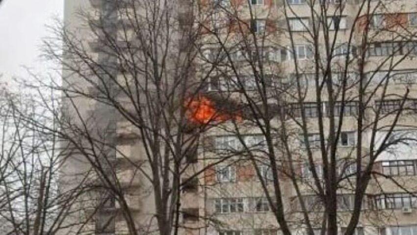Incendiu puternic într-un bloc din Chișinău. Imagini video de la fața locului