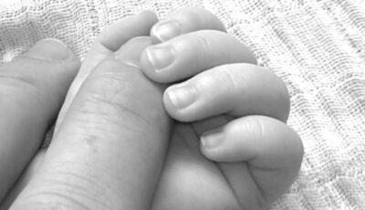 Un bebeluș, abandonat în frig lângă un tomberon. O femeie l-a luat acasă și a alertat poliția