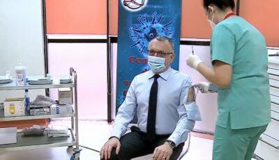 """Un ministru a venit la vaccinare cu o cămașă specială, prevăzută cu un fel de ,,ferestruică"""""""