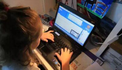 O fetiță de 10 ani, păcălită pe internet de un pedofil. Tatăl ei a găsit mesajele