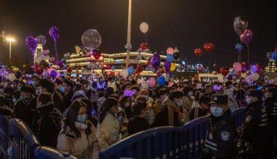 Liber de coronavirus de luni de zile. Wuhan a întâmpinat noul an cu mulțimi mari de oameni în stradă