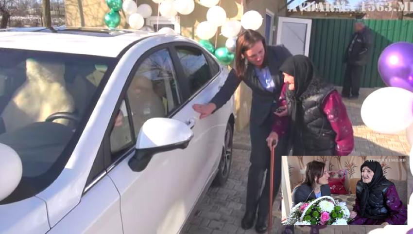 Foto: La 95 de ani, o bunică din Găgăuzia a primit în dar o mașină electrică