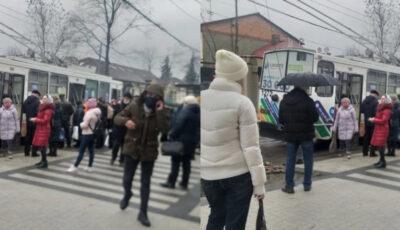 Miros înțepător într-un troleibuz din Chișinău. Călătorii, evacuați de urgență