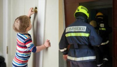 O fetiță de 2 ani a rămas blocată în apartament. Mama a chemat salvatorii