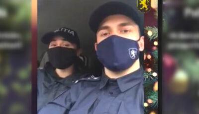Doi polițiști cântă un colind! Cei de acasă au apreciat mult gestul minunat