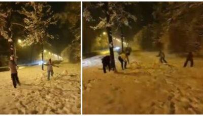 Momente haioase! Doi polițiști au oprit mașina și s-au luat la bătaie cu bulgări de zăpadă cu doi copii