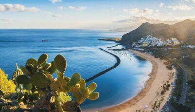 În pandemie, un tânăr român și-a mutat biroul de acasă pe plajă în Tenerife