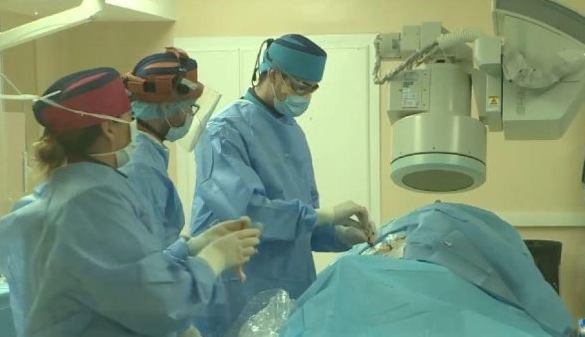 Foto: Premieră medicală în țara noastră: o femeie cu anevrism, operată printr-o metodă minim invazivă de către medicii moldoveni