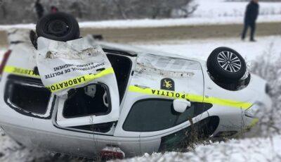 O mașină a poliției, aruncată într-un șanț de șoferul unui Audi, la Călărași