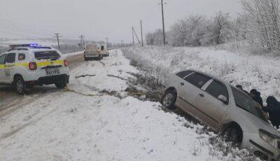 Șofer scos dintr-un șanț pe traseul Chișinău-Ungheni. Care este starea drumurilor din țară