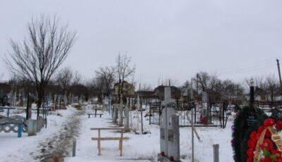 Mai multe cruci, smulse de pe mormintele unui cimitir, urmau să ajungă la metal uzat