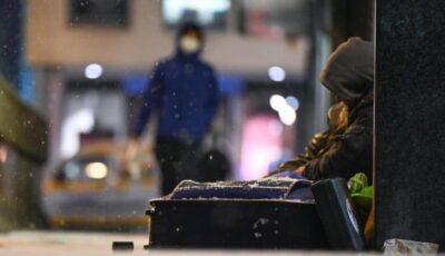 O tânără fără adăpost a născut afară, la -15 grade Celsius