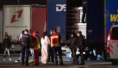 Șase copii găsiți înfometați și înghețați de frig de poliția germană, într-un TIR românesc