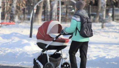 Imagini șocante! Un şofer lovește intenționat o femeie care își plimba bebeluşul, după ce aceasta i-a făcut observație