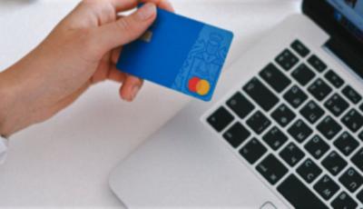 Angajați de rang înalt, implicați în escrocherii cu carduri bancare: prejudiciu total ar fi de 2,7 milioane de euro