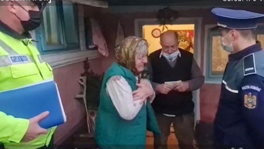 O bătrânică izbucnește în lacrimi după ce polițiștii au reușit să-i aducă înapoi banii care i-au fost furați din casă