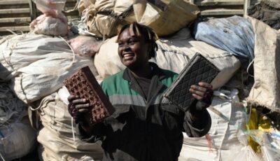 """O tânără din Kenya reciclează ambalaje din plastic și face cărămizi ,,mai rezistente ca cimentul"""""""