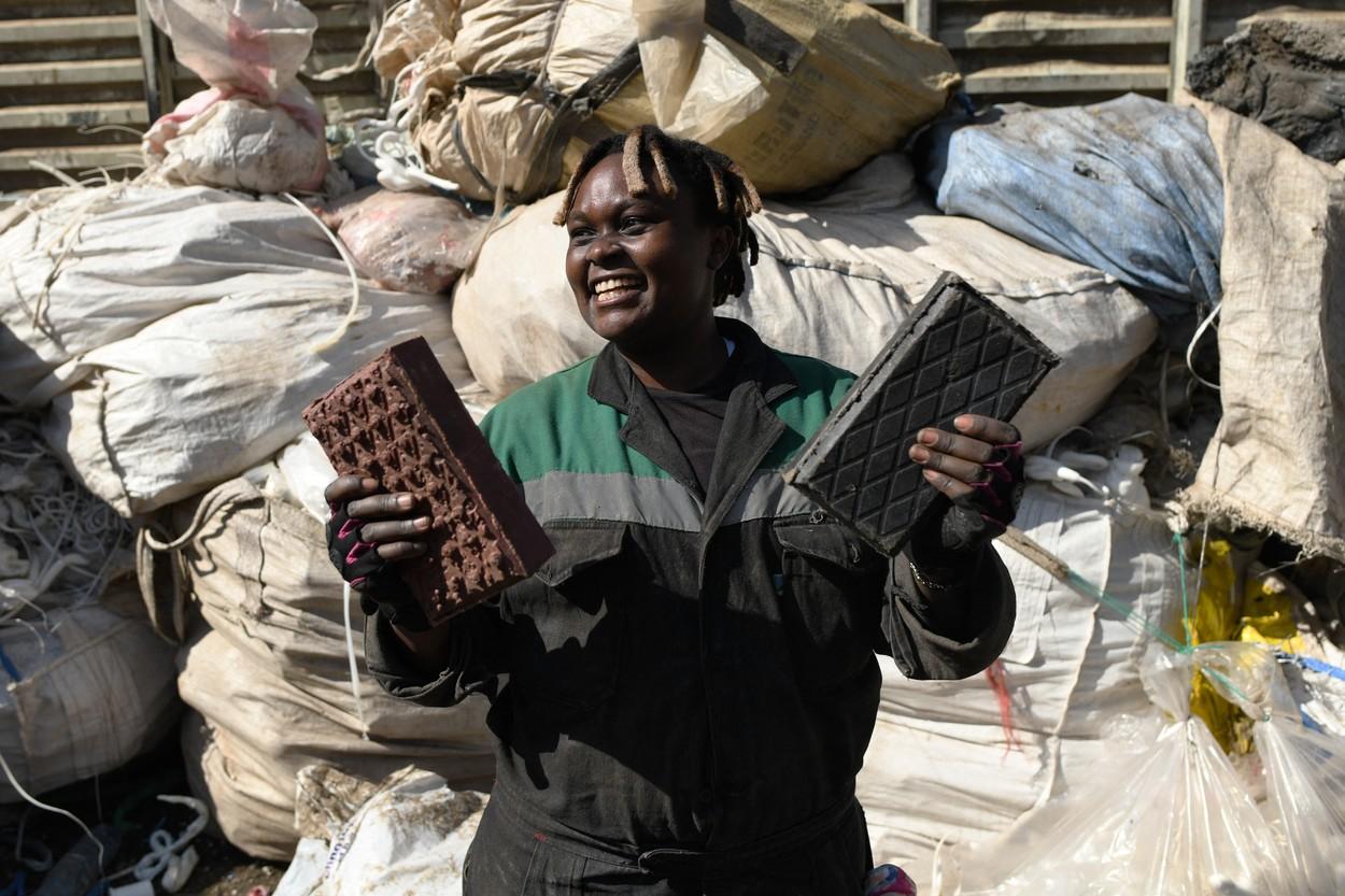 """Foto: O tânără din Kenya reciclează ambalaje din plastic și face cărămizi ,,mai rezistente ca cimentul"""""""