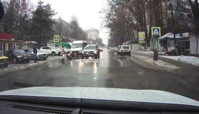 Video! Momentul în care o șoferiță lovește o copilă pe o trecere de pietoni din Capitală