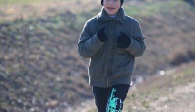 Povestea băiatului din Cahul care a alergat 12 km la maraton, deși era încălțat în galoși: mai are 7 frățiori, familia se confruntă cu multe lipsuri
