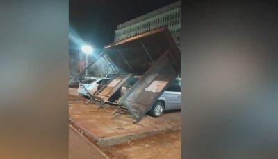 Stație de așteptare, prăbușită peste mașini în Capitală