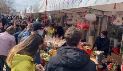 Bărbați mulți la piețele de flori! Se întâmplă o dată pe an